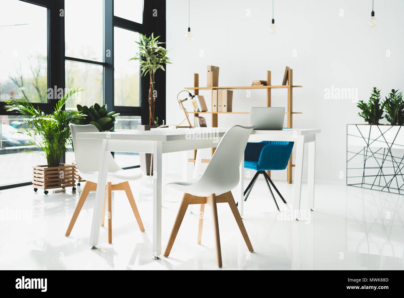 Innenraum des modernen Büro mit weißen Wänden Stockbild
