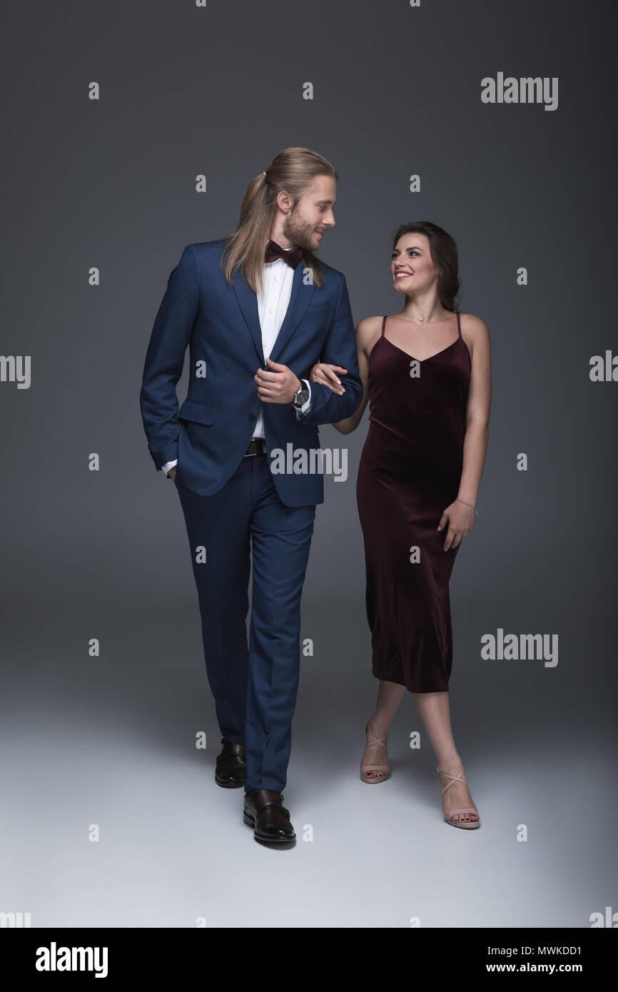 Junge Modische Paar In Abendgarderobe Zusammen Gehen Stockfotografie Alamy
