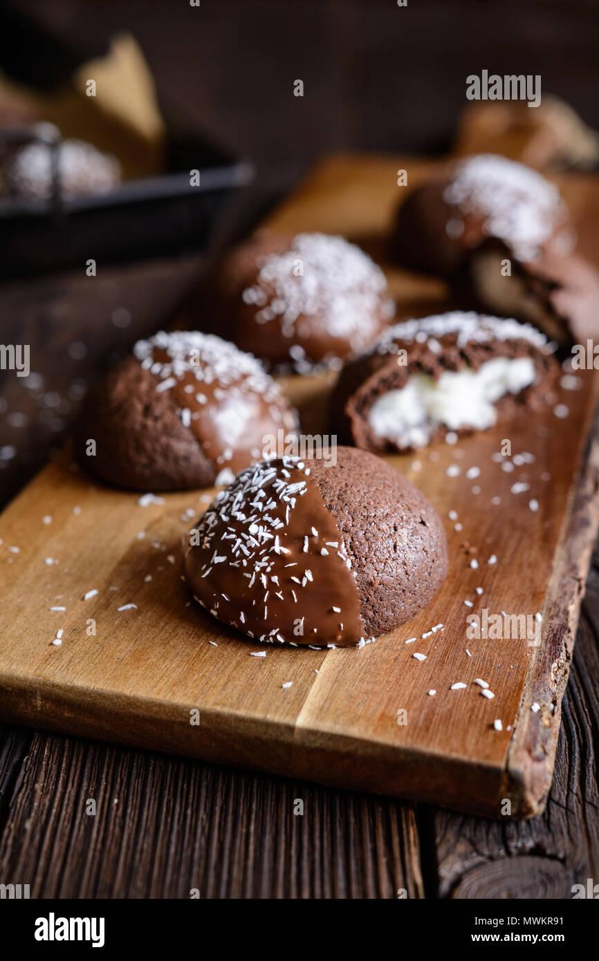 Lecker Kakao Kekse mit Kokos Füllung, dekoriert mit Schokolade und Kokosraspeln Stockbild