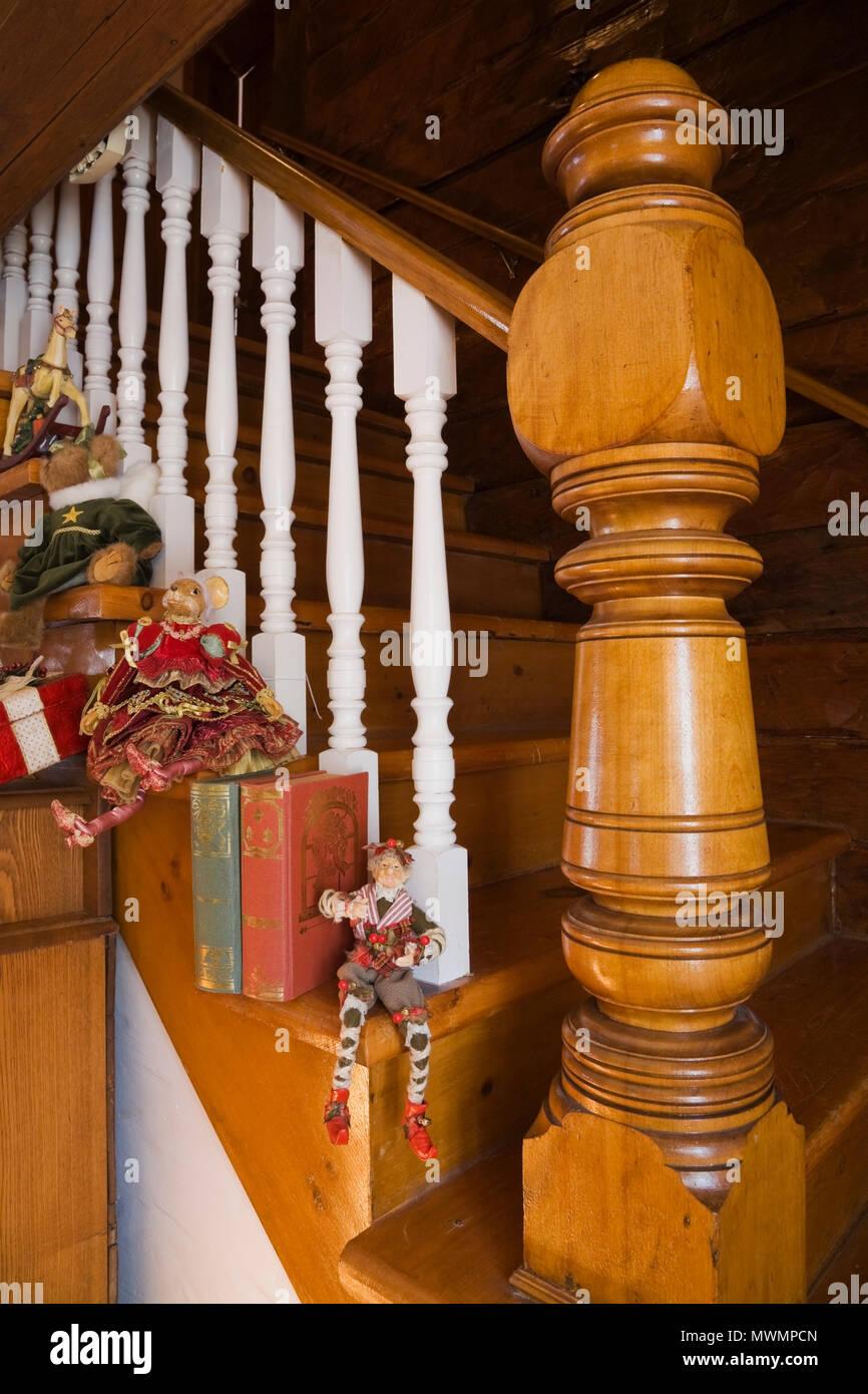 Treppe Und Geländer Kunst Elemente Im Wohnzimmer Eines Alten Canadiana  Landhausstil Wohnen (1974 Rekonstruiert) Home Anmelden