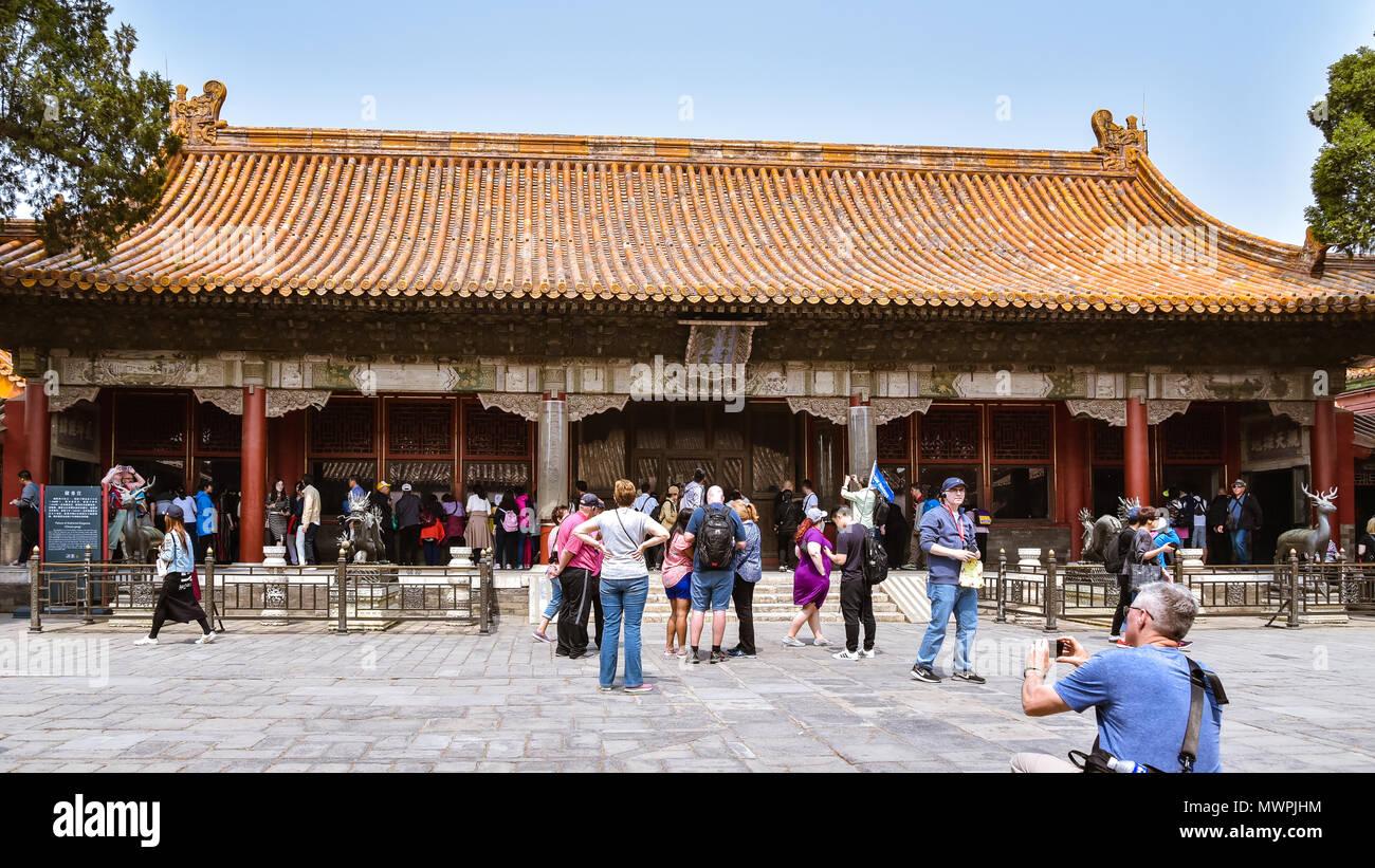 Peking - außerhalb der Stadt, Touristen besuchen Sie den Palast der Versammelten Eleganz. Im Jahre 1420 erbaut, ursprünglich war der Palast der Langlebigkeit und der Wohlstand bezeichnet. Stockbild