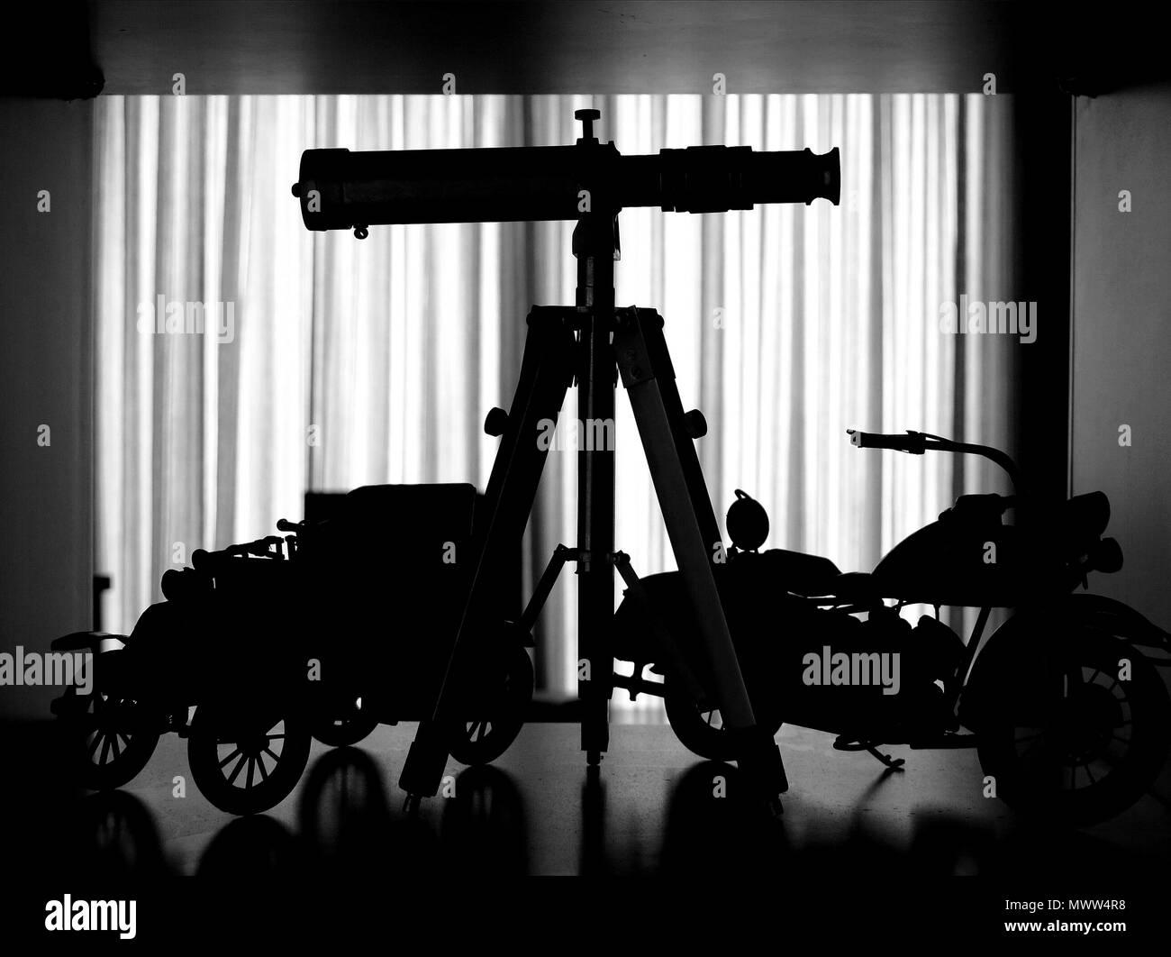 Silhouetten von modellen und teleskop auf einem regal stockfoto
