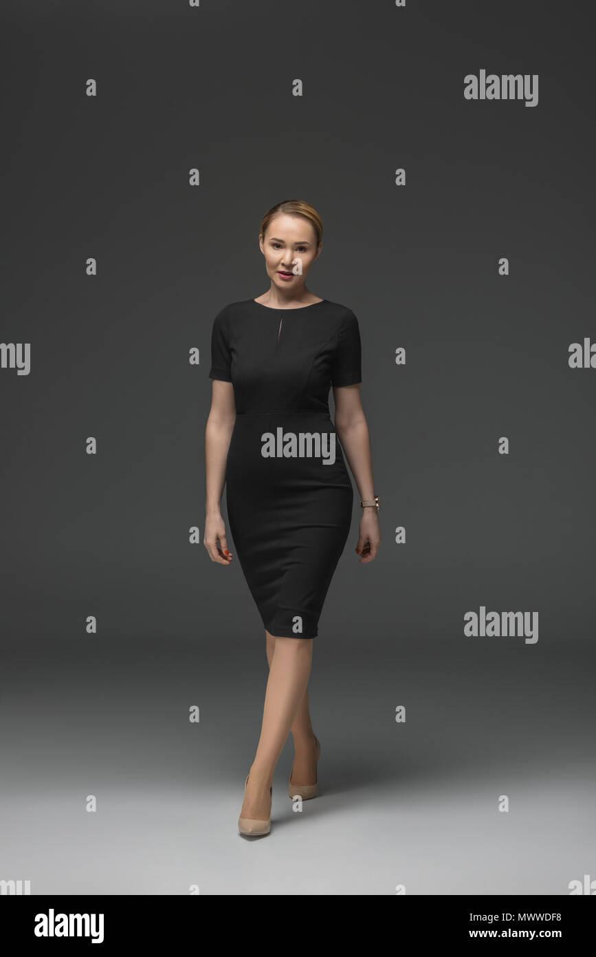 f216425e88c Volle Länge Blick auf schöne kasachische Frau in schwarzem Kleid zu ...