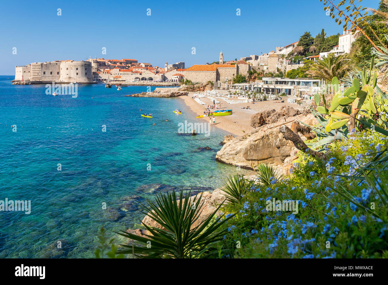 Blick über Strand Banje und die Altstadt von Dubrovnik im Hintergrund, Kroatien, Europa Stockbild