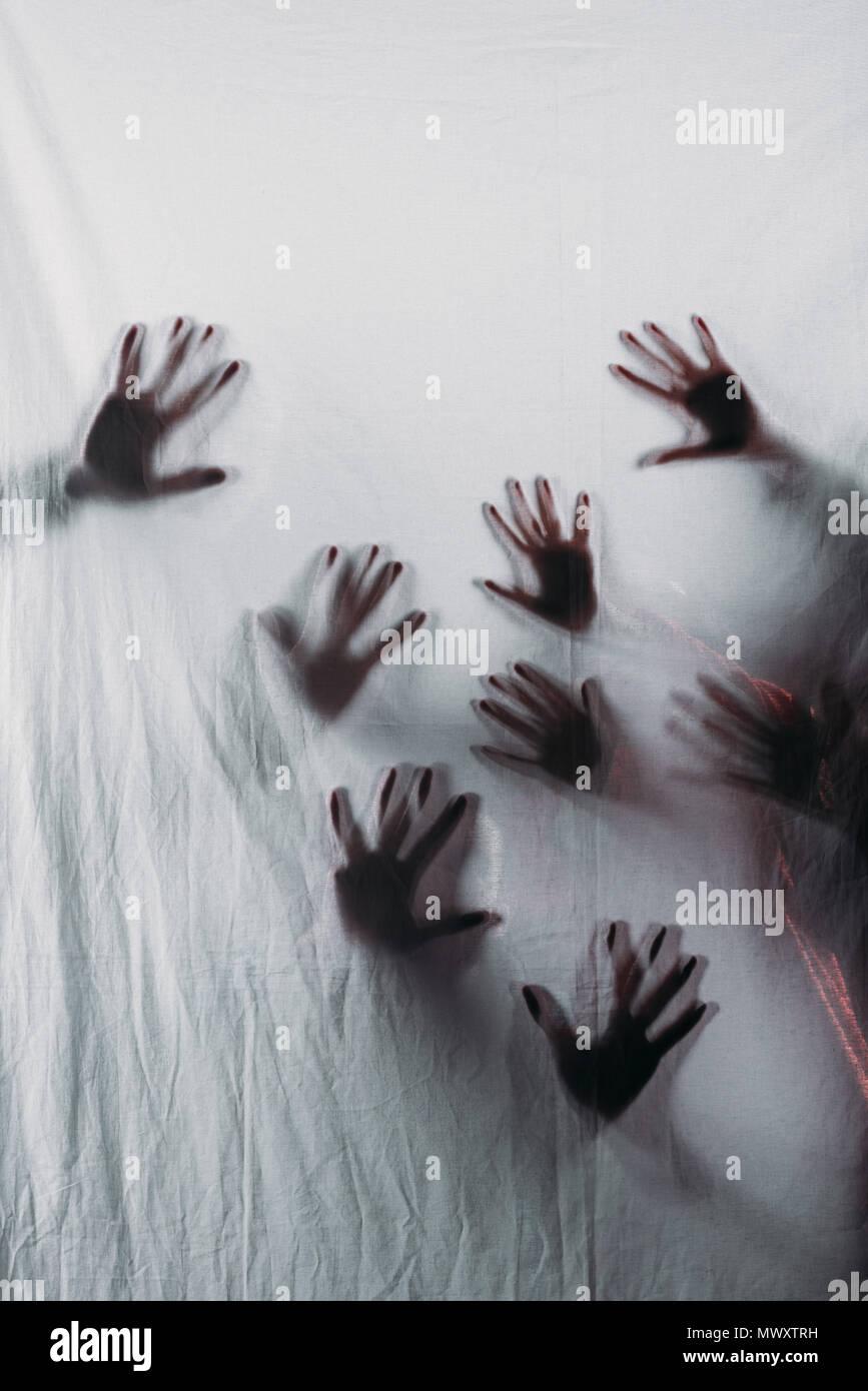 Blurry scary Silhouetten von menschlichen Händen berühren Milchglas Stockbild