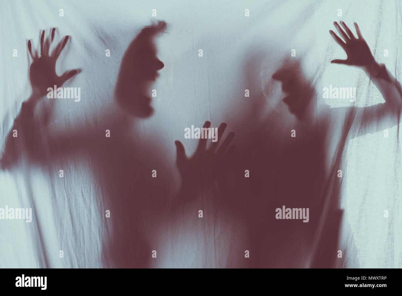 Blurry scary Silhouetten von schreienden Menschen Stockbild