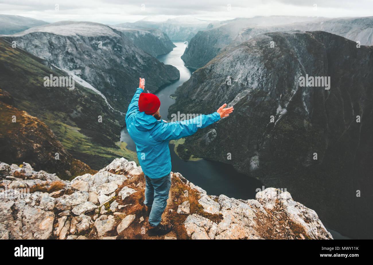 Tapferen reisenden Mann erhobenen Händen Reisen in Norwegen steht auf einer Klippe Berg aktiver Lebensstil Wochenende Abenteuer Ferien erfolg konzept Ae Stockbild
