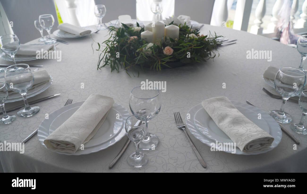 Bankett Tisch Dekoriert Mit Besteck Hochzeit Dekoration Im Bankettsaal Mit Einer Festlichen Tisch Platte Serviette Messer Gabel Tisch Dekoration Romantisches Abendessen Oder Andere Veranstaltungen Stockfotografie Alamy
