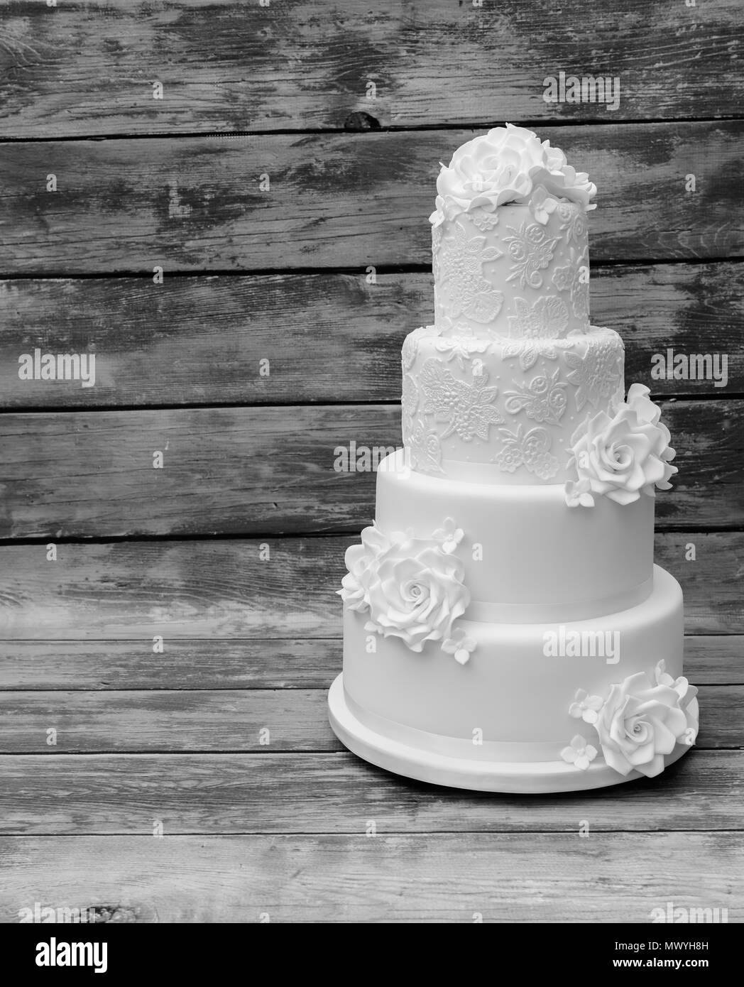 Vier Tier weiß Hochzeitstorte Stockbild