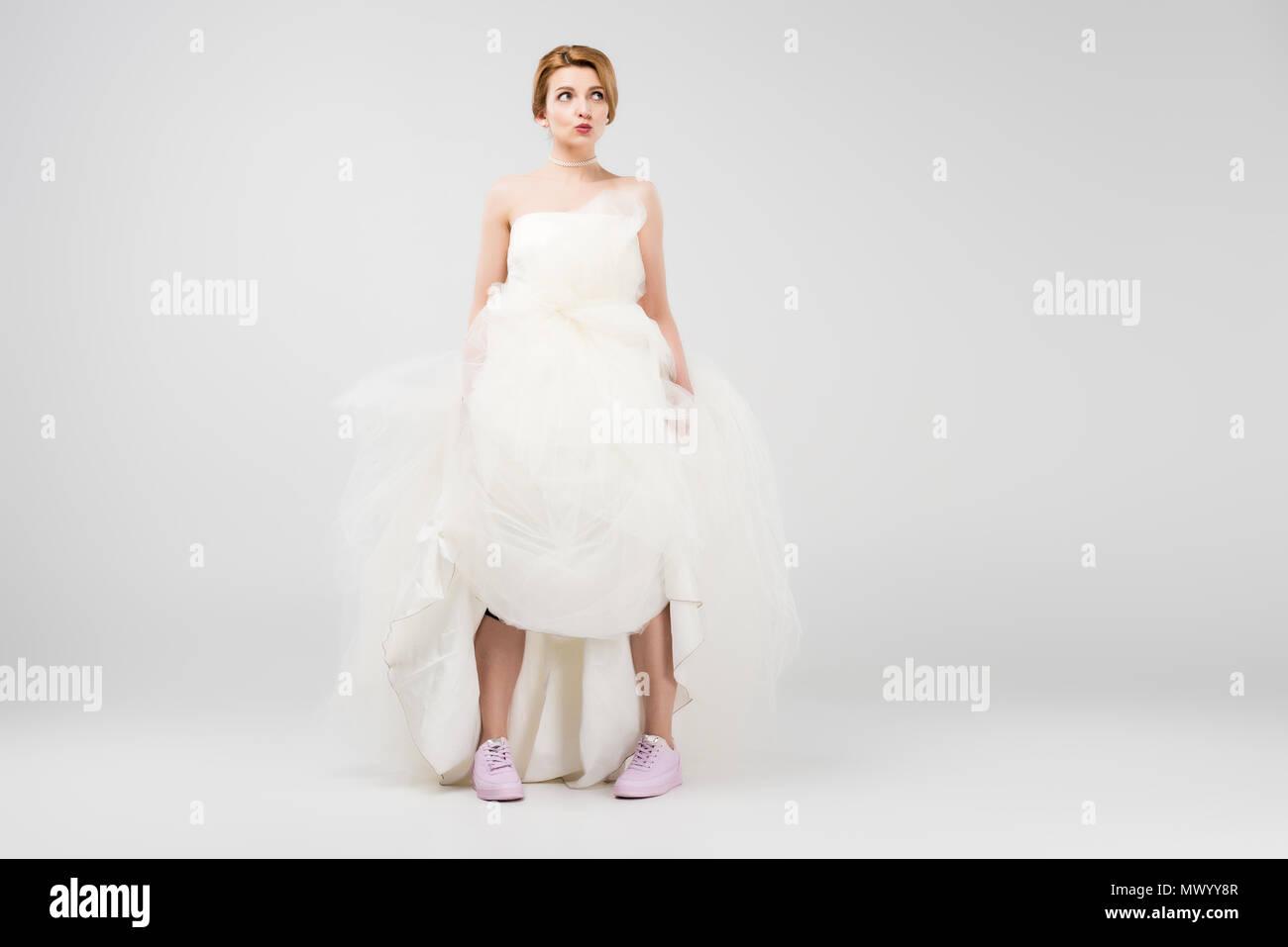 classic fit cd753 88730 Glückliche Braut im weissen Brautkleid und rosa Turnschuhe ...