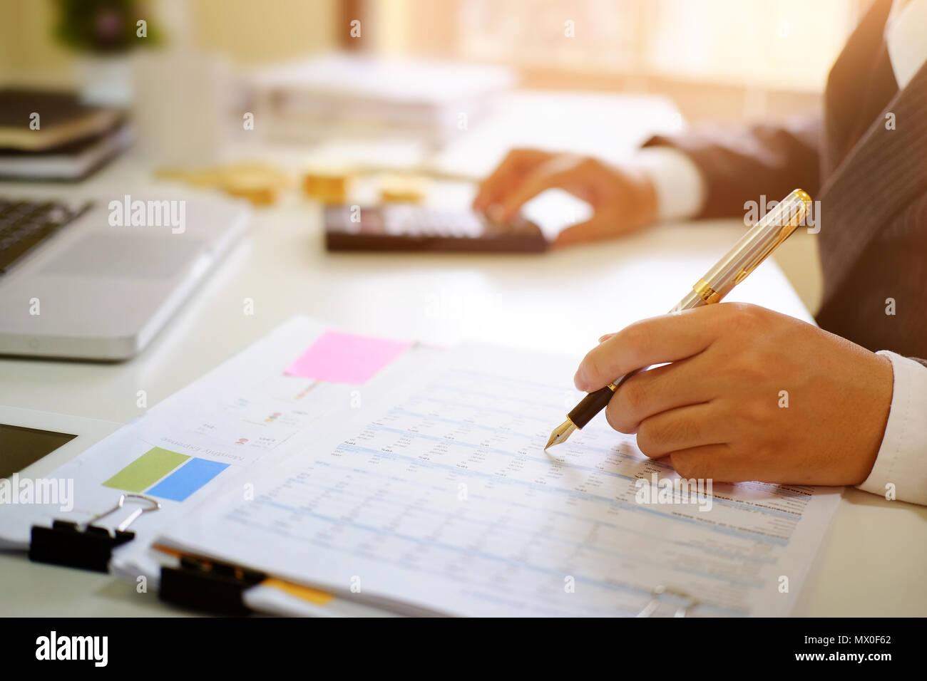 Wirtschaftsprüfer, Mann an der Tabellenkalkulation Finanzdaten. Stockbild