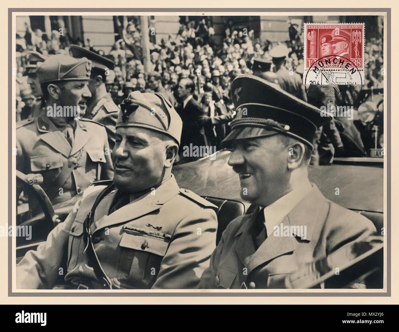 Jahrgang 1940 deutschen beliebten sepia Postkarte mit Briefmarke Benito Mussolini und Adolf Hitler in offenen Mercedes Auto München, Deutschland Juni 1940 während WW2 Stockfoto