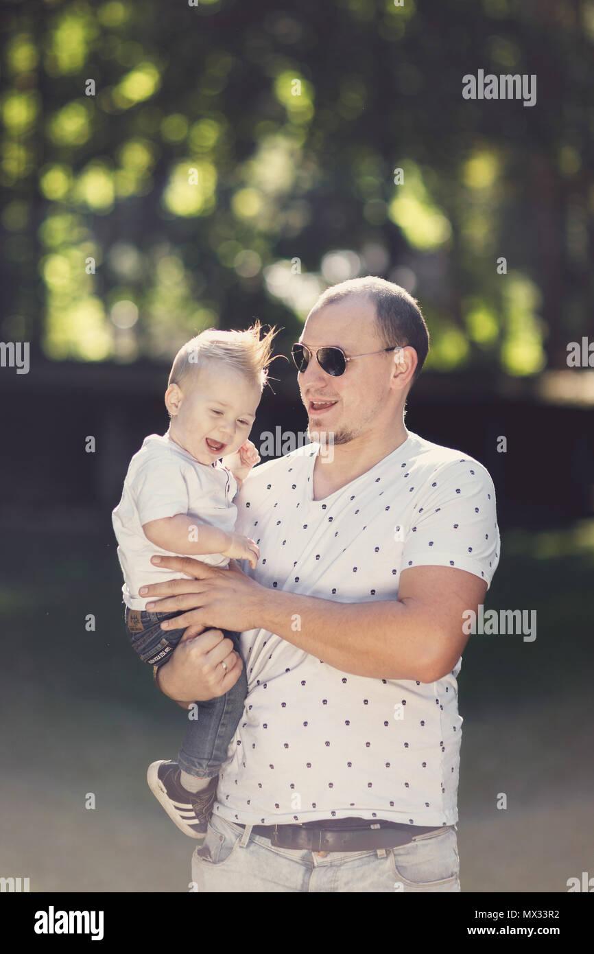 Gerne Vater mit Sohn spielen im Park Stockbild