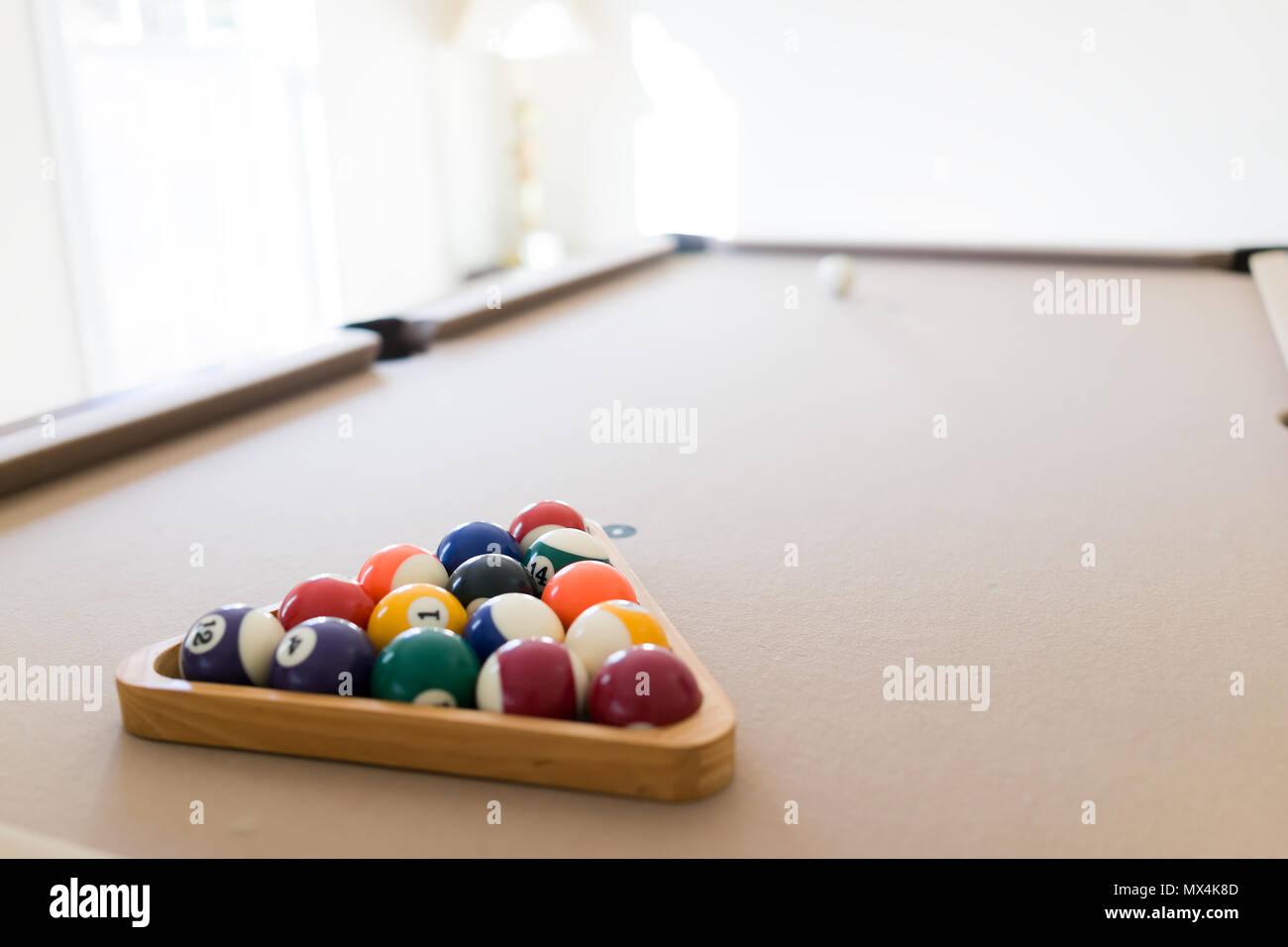 Innenbereich Haus mit Pool Billard Tisch im Wohnzimmer, mann ...