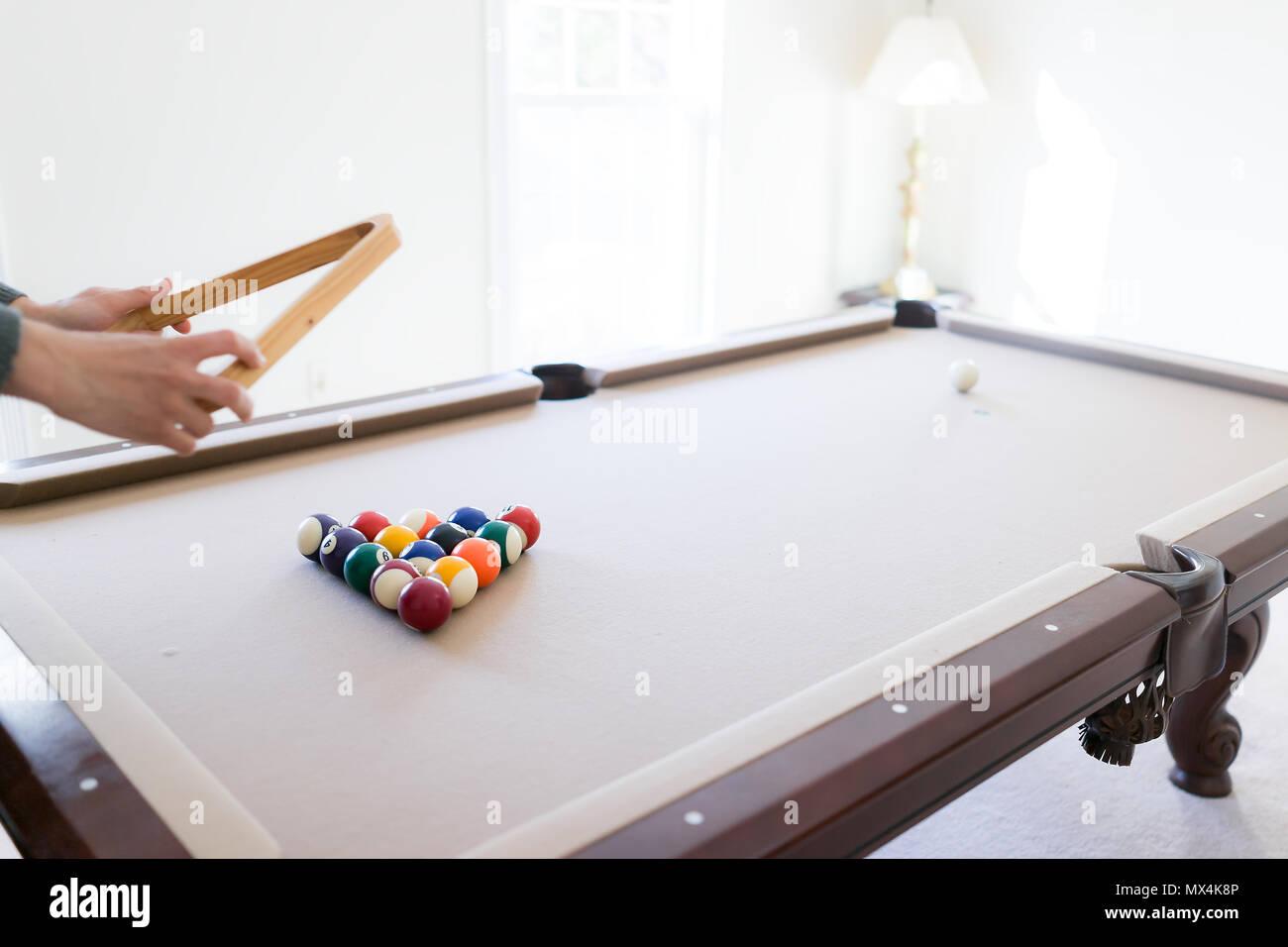 Innenbereich Haus mit Pool Billard Tisch im Wohnzimmer, Mann bewegen ...