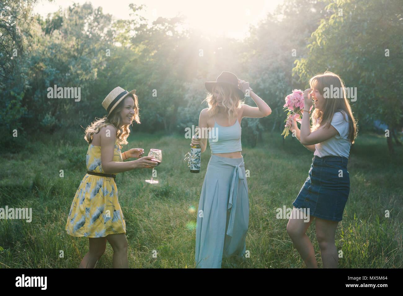 Gruppe von Mädchen Freunde machen ein Picknick im Freien. Sie haben Spaß Stockbild