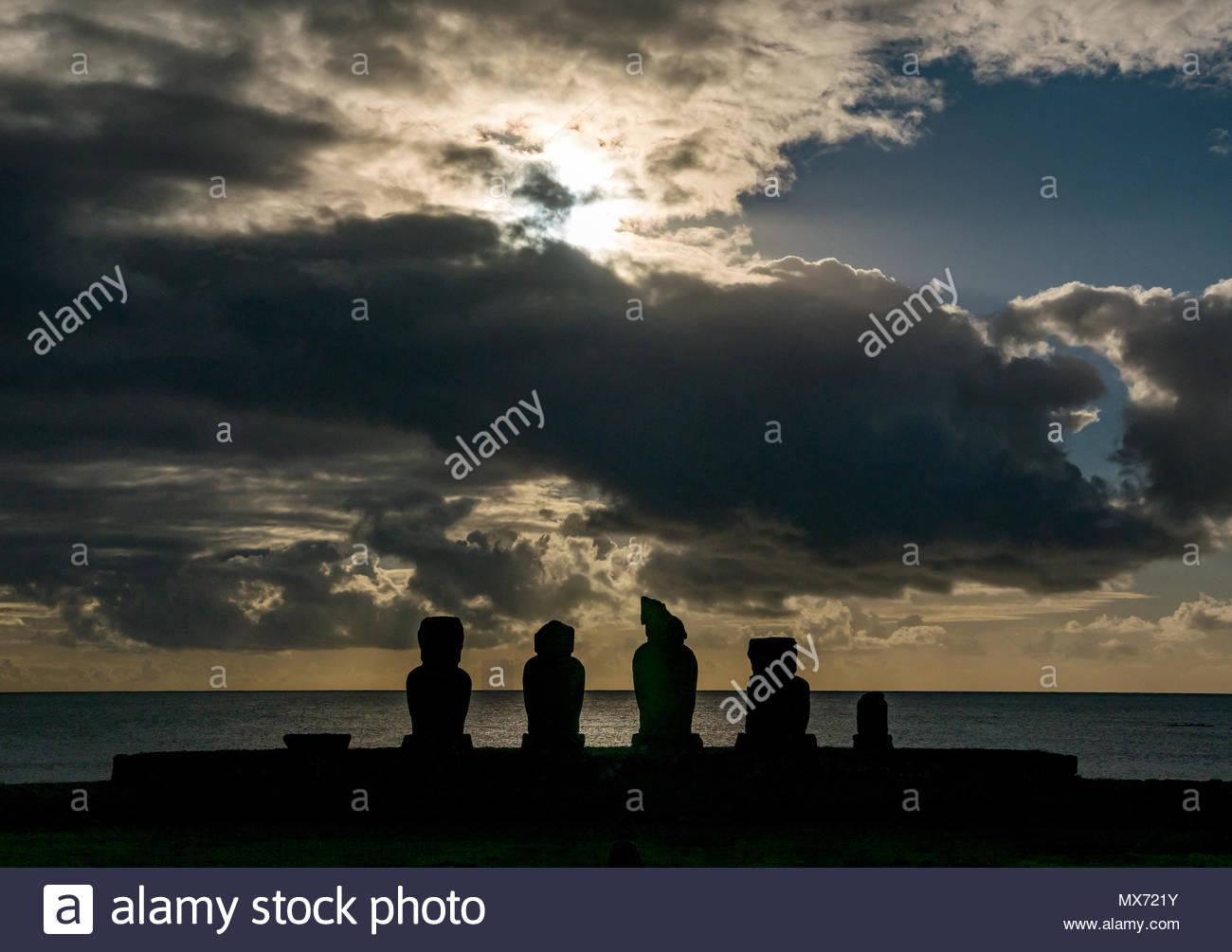 Dramatischer Sonnenuntergang mit Ahu Tahai, Moai Silhouetten, Hanga Roa, Rapa Nui, Chile Stockbild