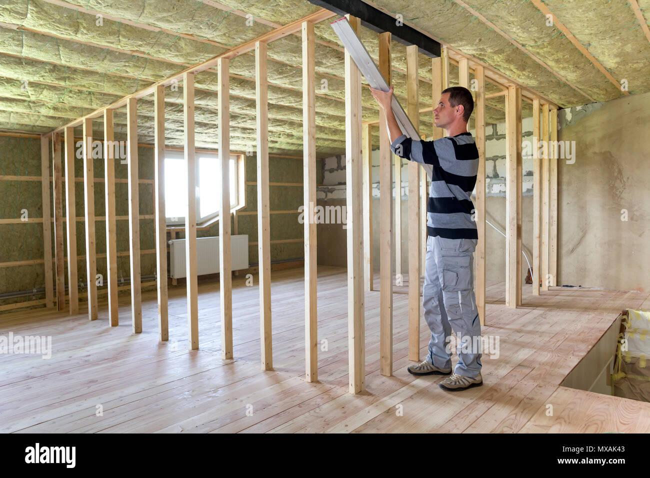 Junge Schone Arbeiter Bauen Holzrahmen Fur Zukunftige Wande In