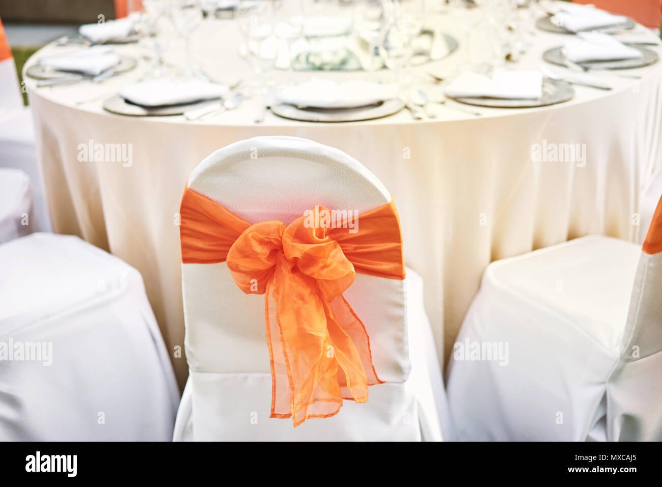 Die Hochzeitsfeier Essen Mit Elasthan Weissen Stuhlen Mit Orange