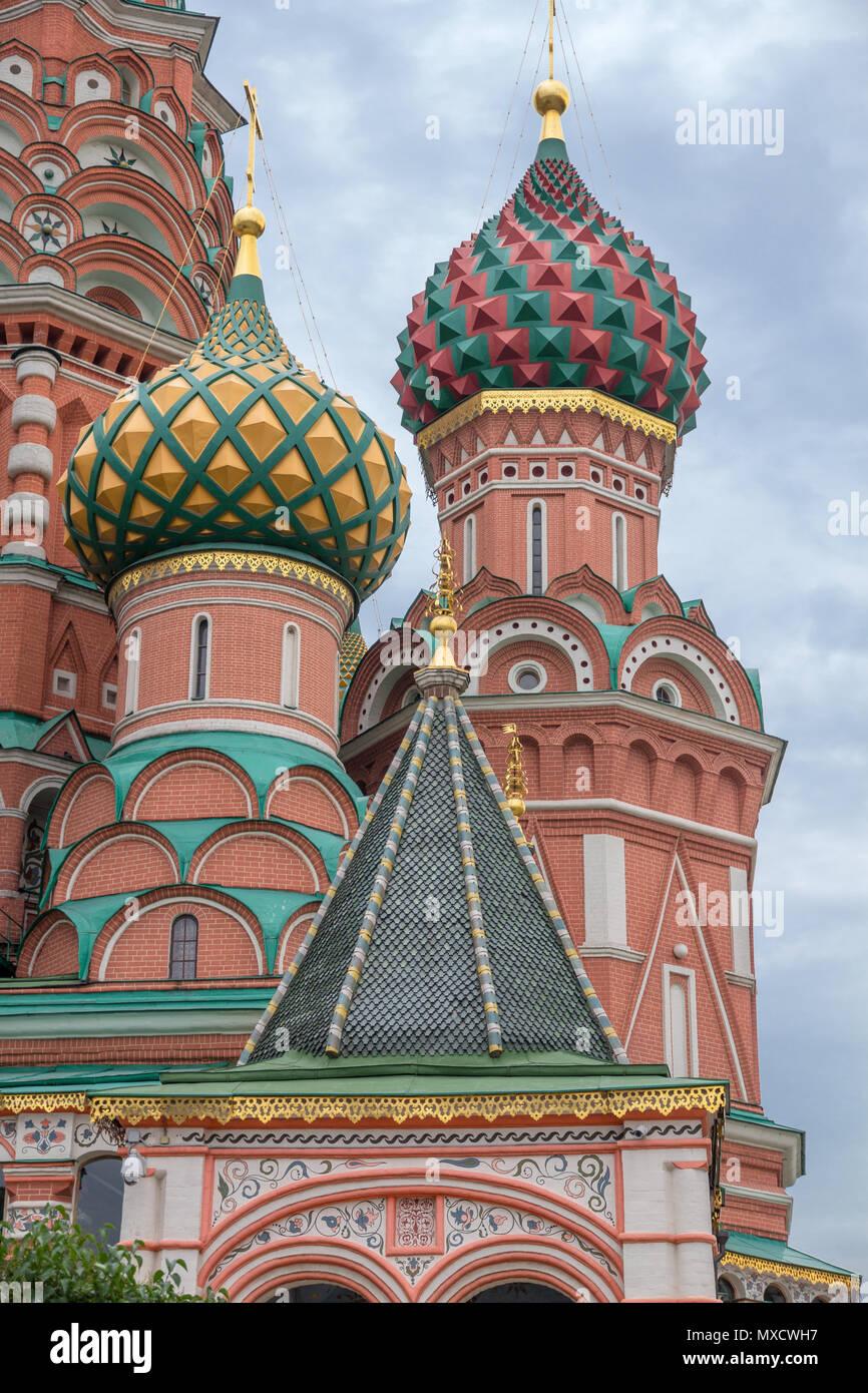 Die markante Architektur von der Basilius-Kathedrale mit bunten Kuppeln, Türmen und dekorative Lackierung, auf dem Roten Platz in Moskau Stockbild