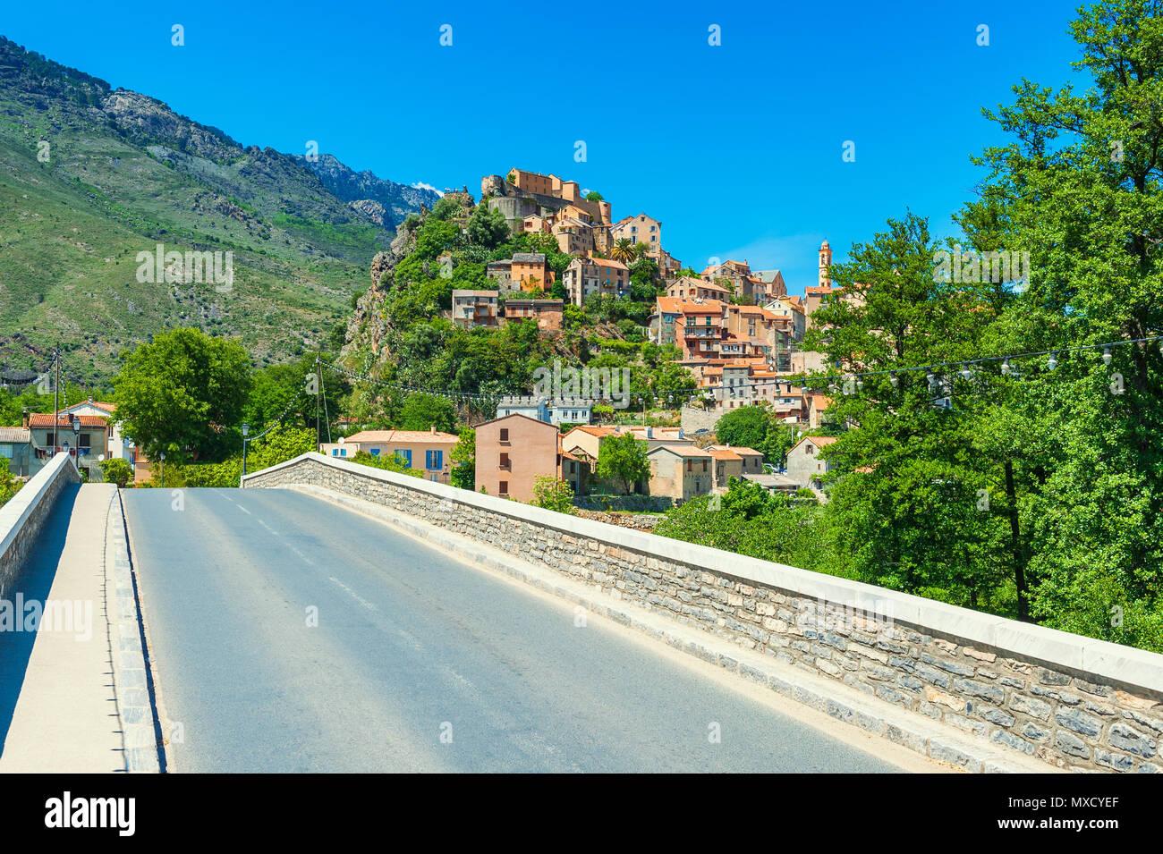 Brücke in Richtung des Dorfes von Corte, Korsika, Frankreich Stockbild