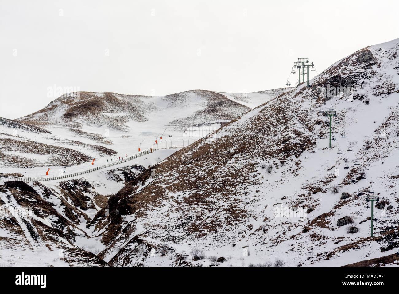 Sessellifte. Le Mont Dore Ski Resort, Auvergne, Frankreich Stockbild