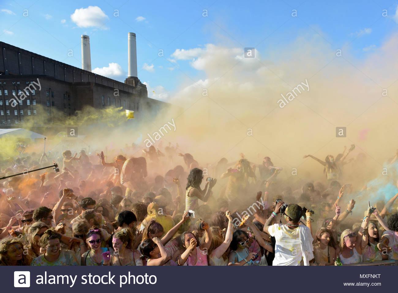 Battersea Power Station Hindu Holi Festival der Farben. Eine ...