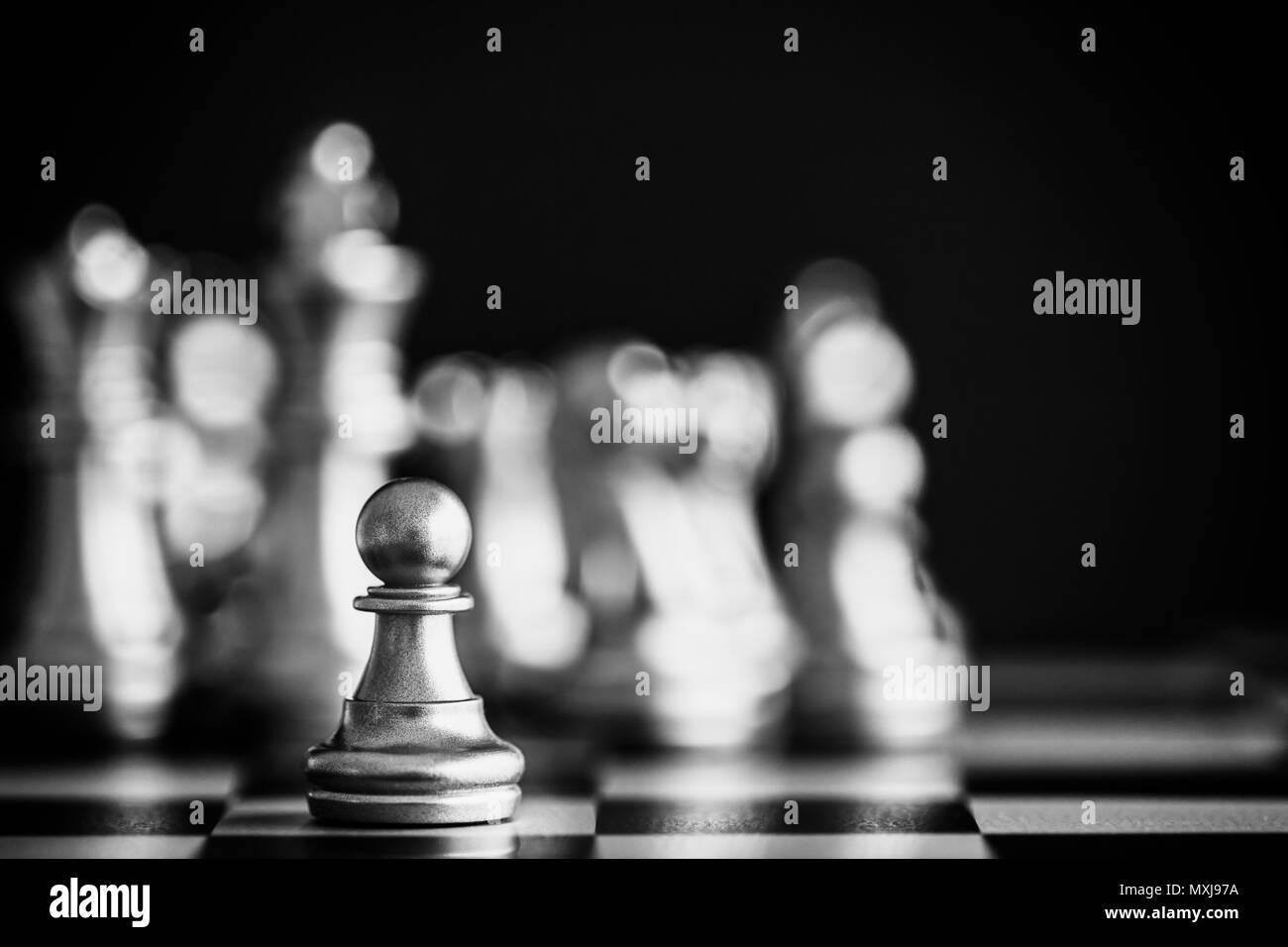 Strategie schach Schlacht Intelligenz Challenge Game am Schachbrett. Der Erfolg der Strategie Konzept. Schach Business Leader und Erfolg Idee. Chess Strategie Stockbild