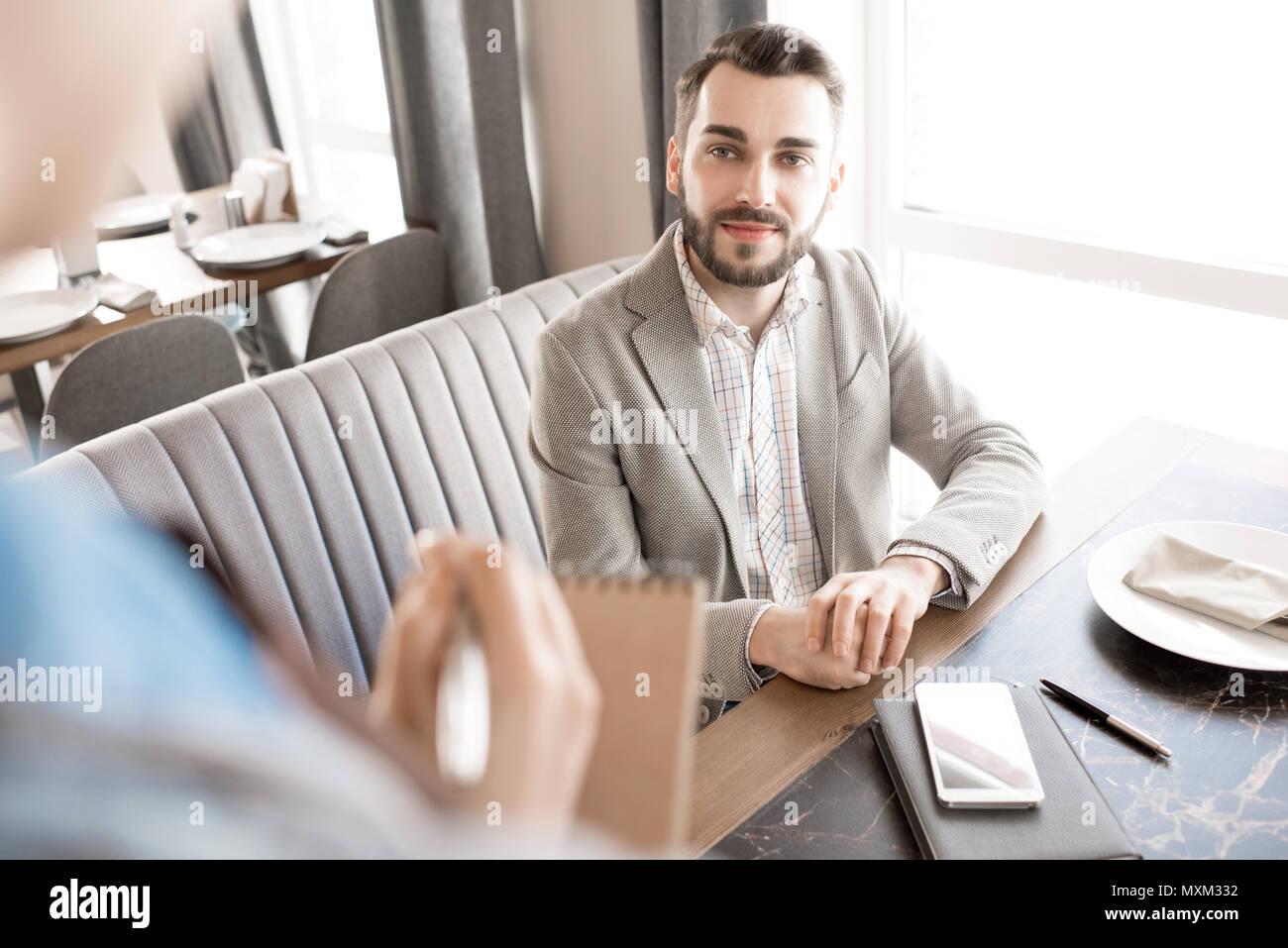 Schöner Mann hören Kellnerinnen Empfehlungen Stockbild