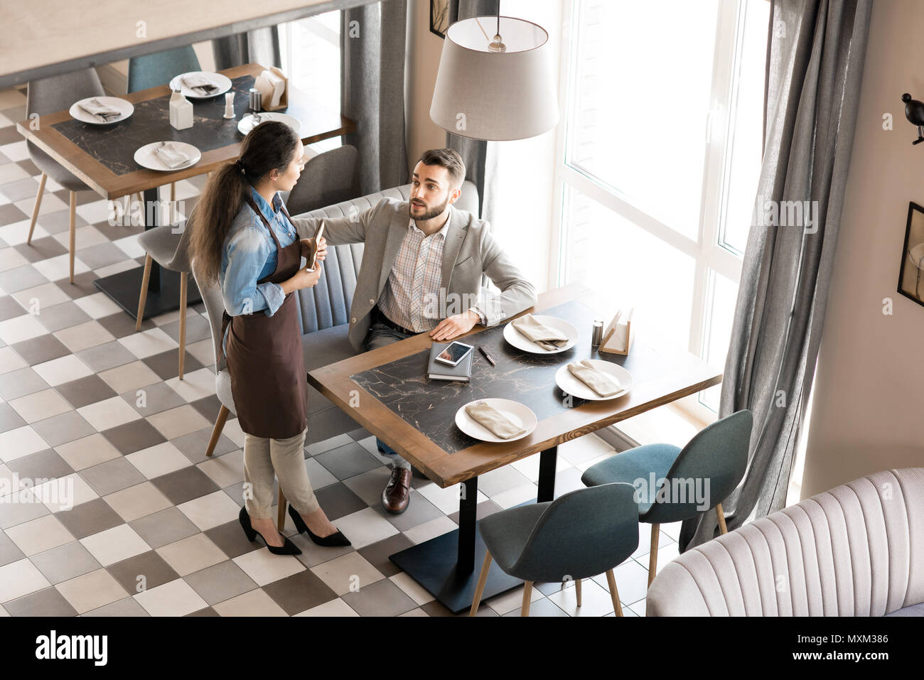 Restaurant Kellnerin serviert Geschäftsmann in modischen herstellen Stockbild