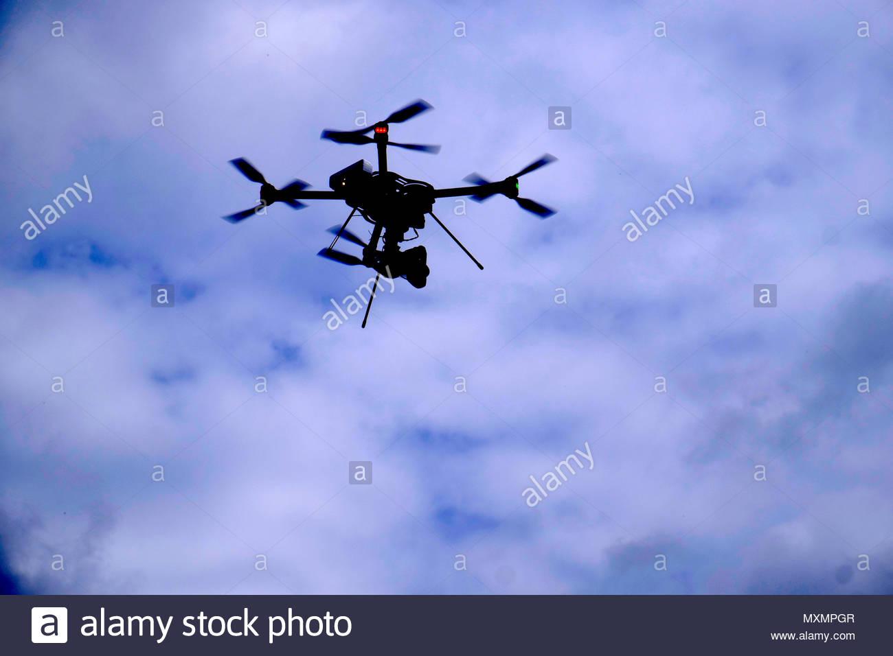 Professionnelle Drohne mit Kamera im Flug *** Local Caption *** Am Tag, außerhalb, field recording, leuchtet, Beobachten, Guard, Verschieben, blau, Nahaufnahme, Stockbild