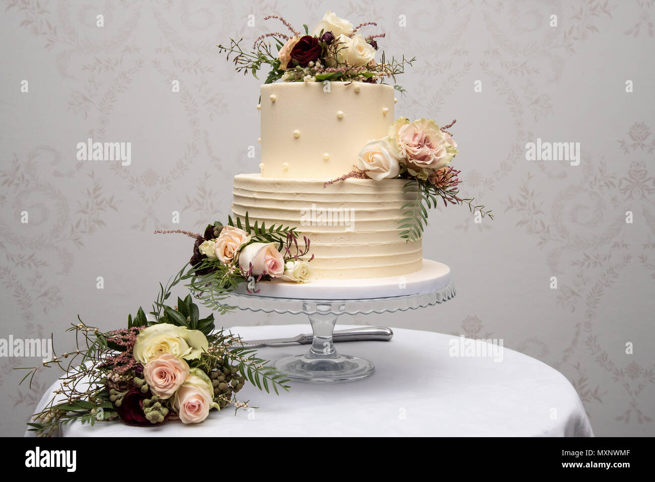 Champagner Hochzeitstorte mit gelb und rosa Blumen Stockbild