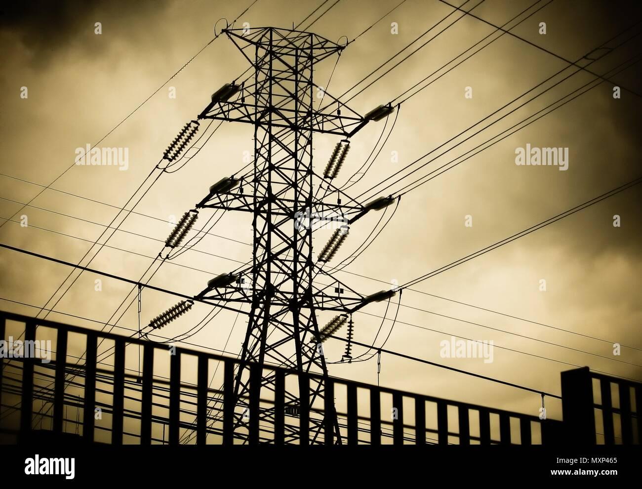 Hohe Spannung Der Tower Oder Die Auf Dem Pylon Und Stromleitungen