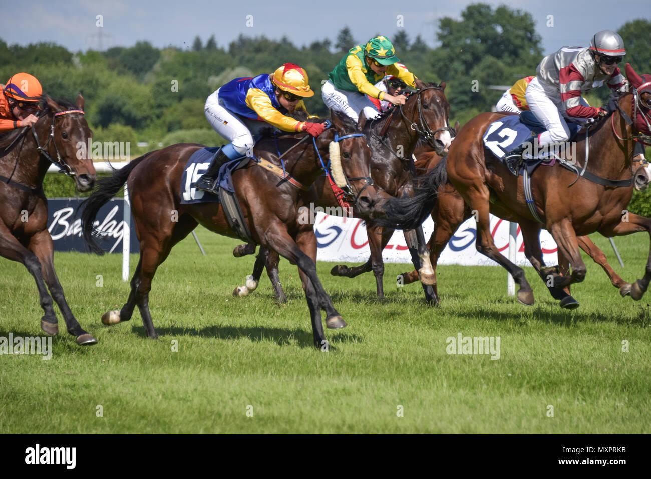 Pferderennen in Baden-Baden, 2. Juni 2018, die Feder bei Baden Racing, Pferde laufen und kämpfen auf dem Kurs, den Lauf zur Sport Welt Amateur-Trophy Stockbild