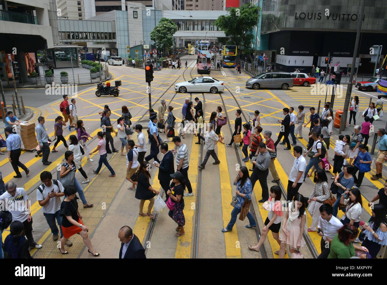 Hong Kong. Alltag. Street Scene. Krähe von Menschen zu Fuß auf einem Zebrastreifen. Taxi *** Local Caption *** Stockbild