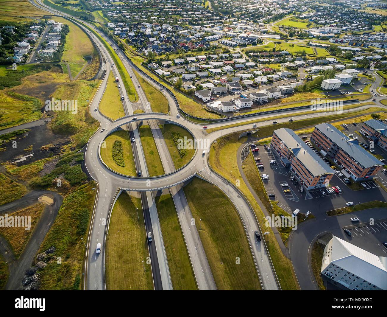 Luftaufnahme von Kreisverkehr und Straßen, Reykjavik, Island Stockbild