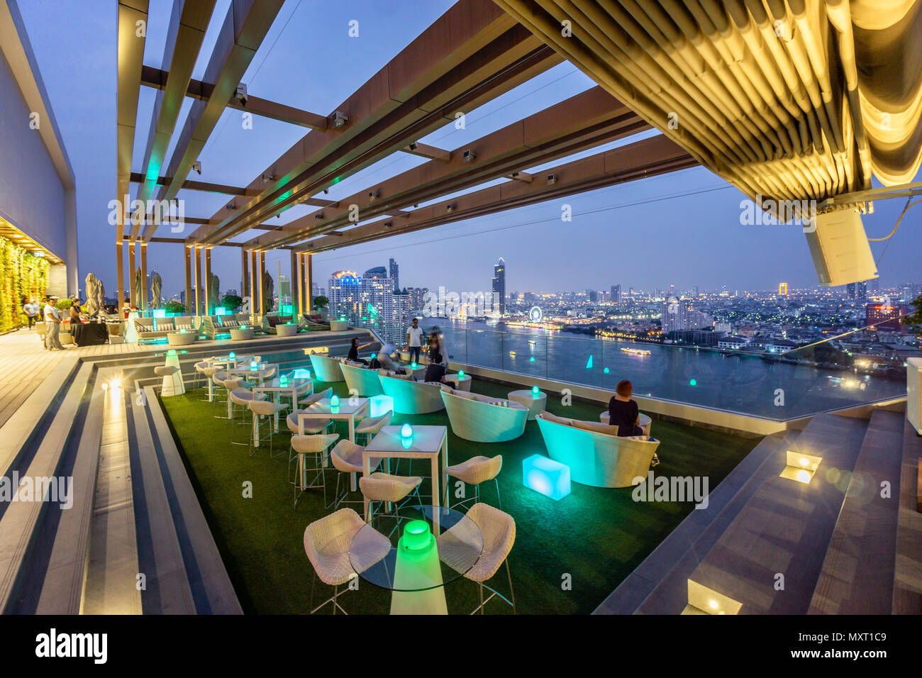 Haltung in der Skybar, Hotel Avani, Skyline View Point, Skybar, Lounge, Dachterrasse, Bar, Bangkok, Thailand Stockbild
