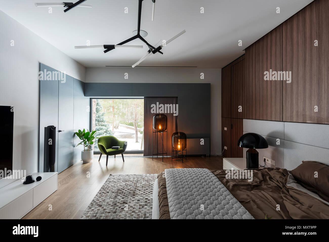 Modernes Schlafzimmer Mit Weißen Wänden Und Einem Parkettboden Mit