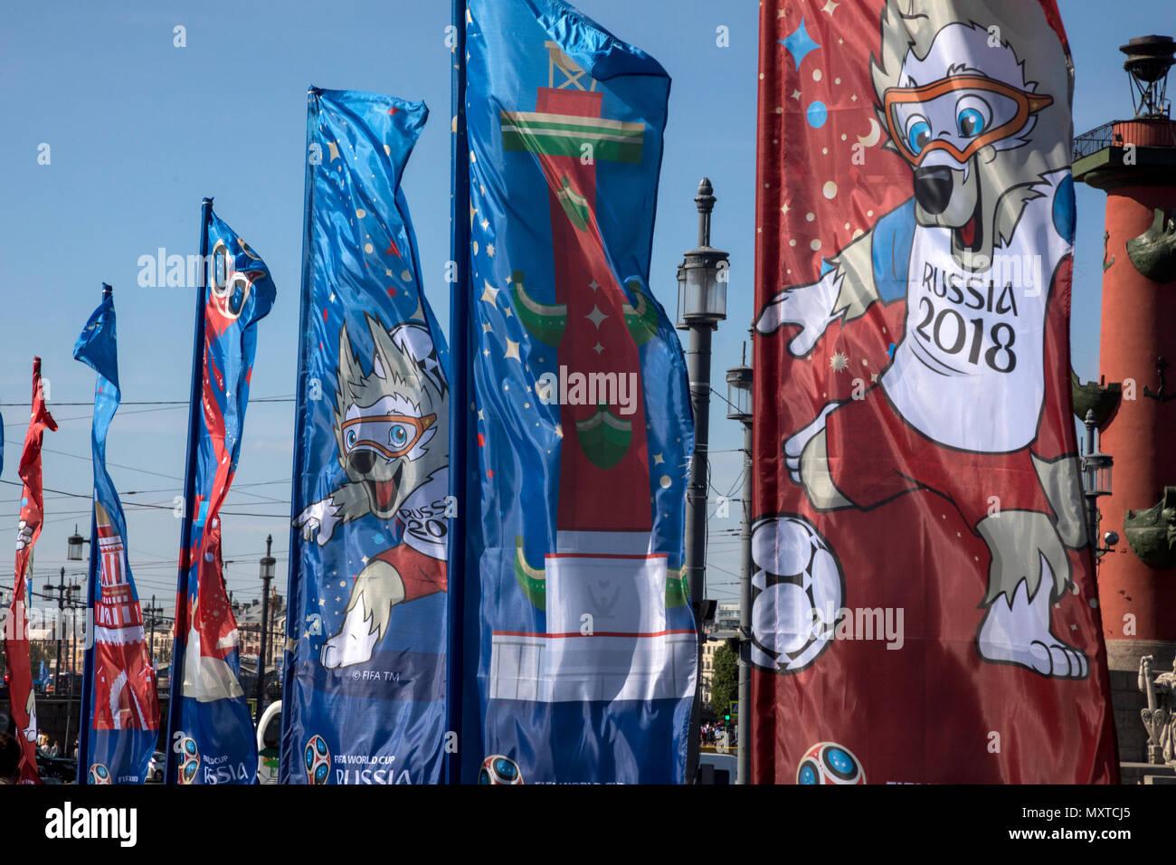 Flags, die mit den Symbolen der FIFA Fußball-Weltmeisterschaft 2018 vor dem Hintergrund des Rostralen Spalte werden in der Mitte der Stadt von St. Petersbu installiert Stockbild