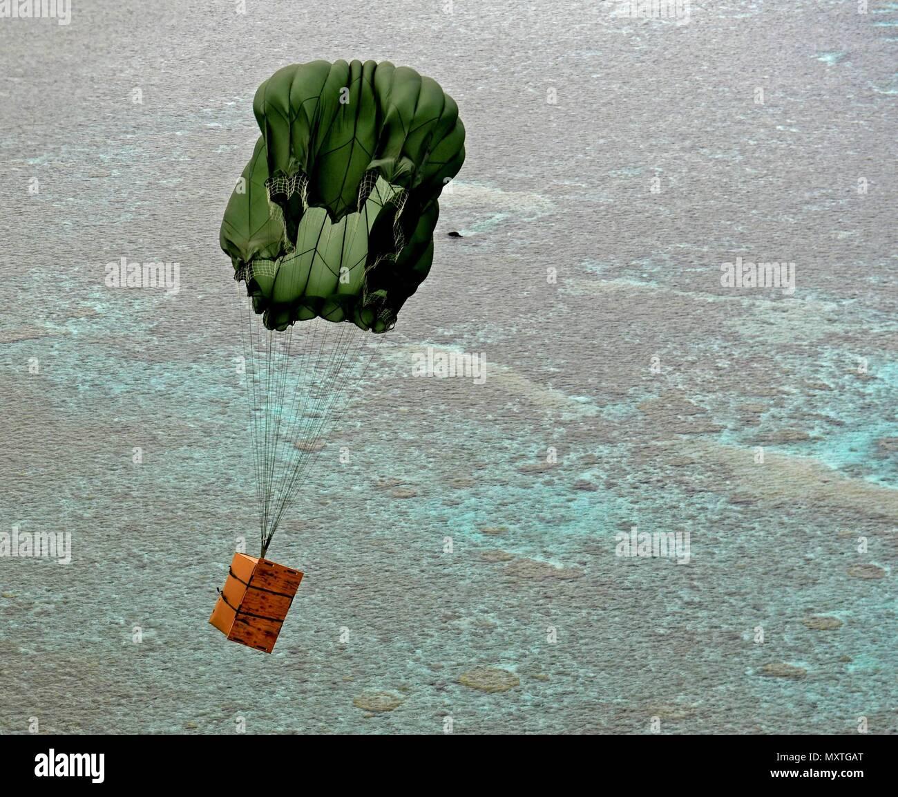 Ein care Paket Fallschirme auf Inselbewohner im Pazifik während des ...