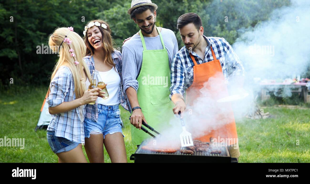 Stattliche männliche Vorbereitung Grill Stockbild