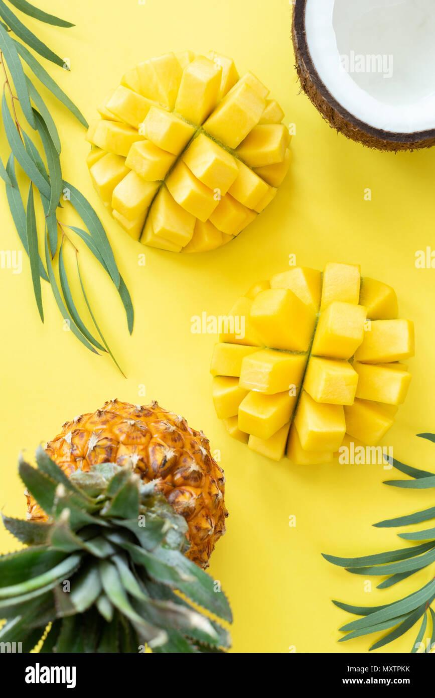 Tropische Früchte Muster auf gelben Hintergrund. Früchte Flach, gesunden Lebensstil und Sommer Konzept. Tabelle Ansicht von oben Stockbild