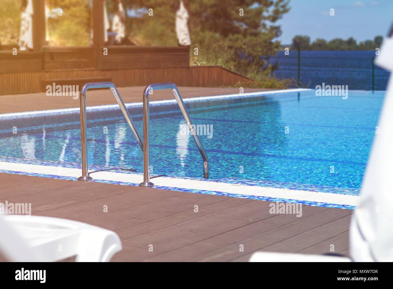 Berühmt Pool mit Treppe und die Holzterrasse im Hotel. Haltegriffe Leiter AT67