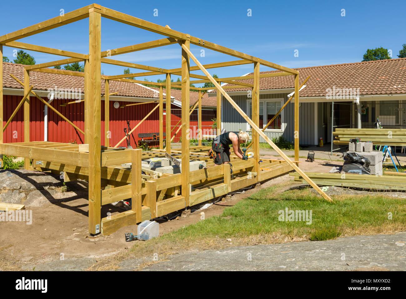 Schreiner Arbeiten Im Freien Auf Eine Grosse Terrasse Mit Pergola Und Runde Feuerstelle Stockfotografie Alamy