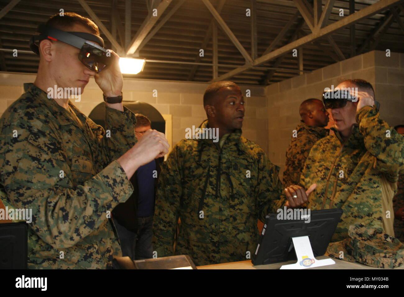 Us-Marines mit 2Nd Battalion, 6 Marine Regiment, 2nd Marine Division (2d MARDIV), verwenden Sie eine Schulung simulation Gerät während einer kurzen Camp Lejeune, N.C., Dez. 13, 2016. Die dienststellenübergreifende Industrie Schulung Simulation und Ausbildung Konferenz war kurz gehalten zu informieren Generalleutnant John E. Wissler, Kommandierender General, US Marine Corps Forces Command, und Sgt. Maj. Christopher G. Robinson, befehlen Sergeant Major, US Marine Corps Forces Command, über die verschiedenen Möglichkeiten der virtuellen Ausbildung. (U.S. Marine Corps Foto von Pfc. Michaela Gregory, 2d MARDIV Bekämpfung der Kamera) Stockbild