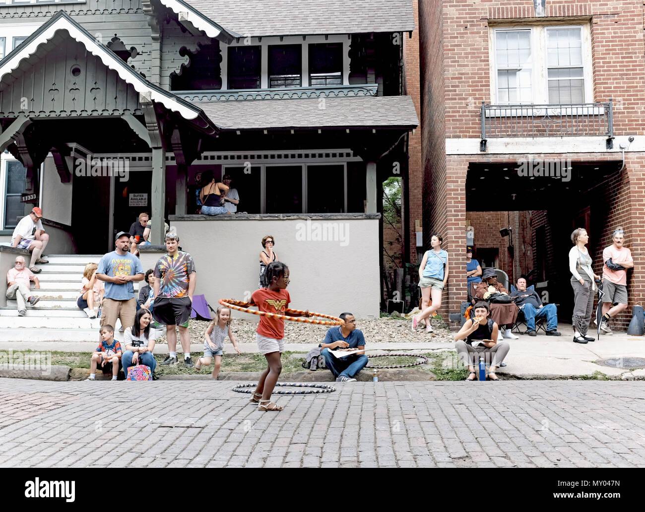 Die Menschen genießen Sie einen Nachmittag in Cleveland, Ohio, USA im Jahr 2018 jährliche Hessler Street Fair. Stockbild