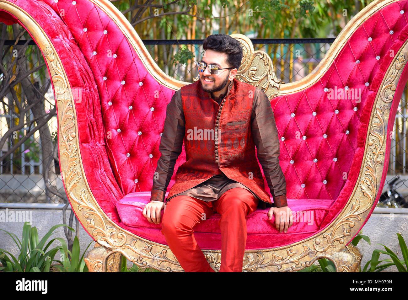 Der Junge Mann In Der Indischen Hochzeit Kleidung Auf Dem Sofa Pune