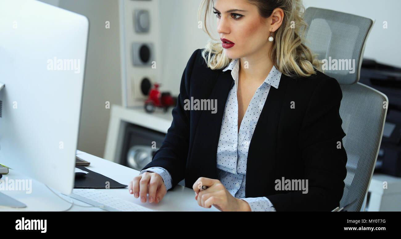 Überarbeitete Geschäftsfrau, die in späten Stockbild