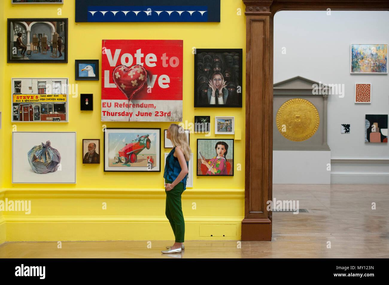 Burlington House, London, Großbritannien. 5. Juni 2018. Der Jahresbericht der Königlichen Akademie Sommer Ausstellung feiert ihr 250-jähriges Bestehen. Diese bedeutsamer Anlass, die Ausstellung wird koordiniert von Grayson Perry RA, der mit seinem Ausschuss anderer Künstler über 1.300 Kunstwerke in ein Array von Medien ausgesucht haben. Es ist eine monumentale Skulptur von Anish Kapoor RA im Hof, und innerhalb der Galerien Sie riesige neue Werke von David Hockney RA und Joana Vasconcelos finden. Foto: Banksy, abstimmen zu lassen. Credit: Malcolm Park Redaktion/Alamy leben Nachrichten Stockbild