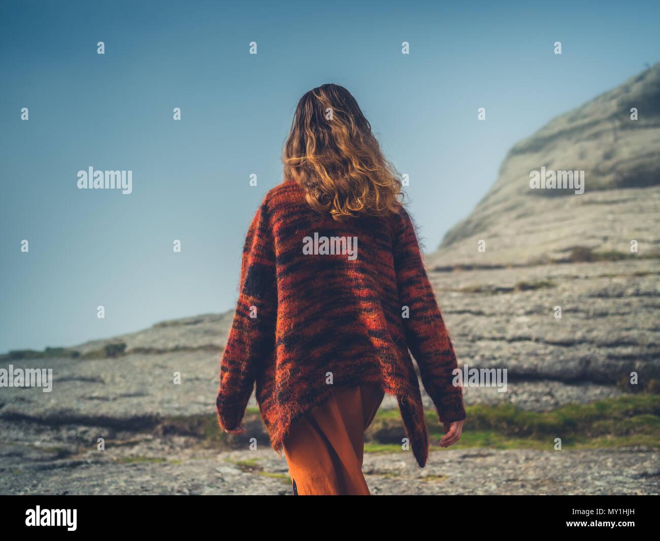 Eine junge Frau geht im Nebel auf dem Moor Stockbild